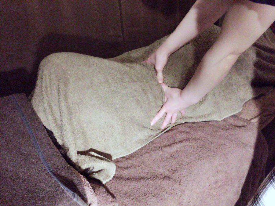 筋肉が緩む横向きの施術も可能です。